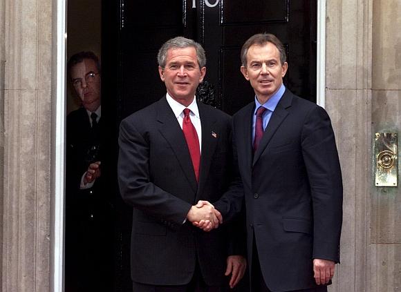 Tony Blairas (dešinėje) ir George'as W.Bushas