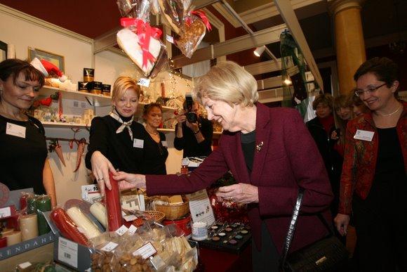 Ambasadorių žmonos Vilniuje ir Alma Adamkienė sekmadienio rytą sostinės Rotušėje atidarė septintąją tarptautinę Kalėdų labdaros mugę.