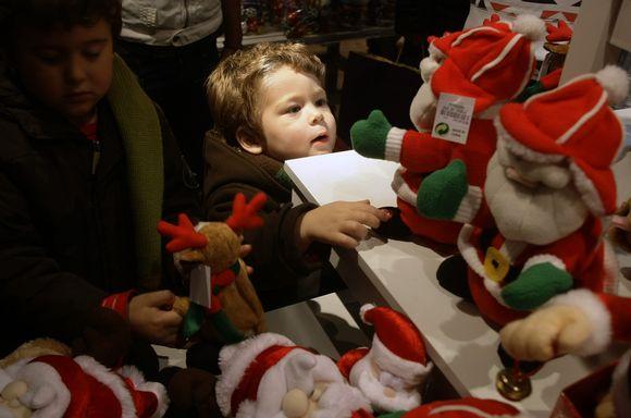 Vos įžiebus eglę ir paskelbus oficialią Kalėdų pradžią, miestiečiai suskubo pasidairyti ir po kalėdines parduotuvių vitrinas. Vaikus, žinoma, masina kalėdiniai žaislai.