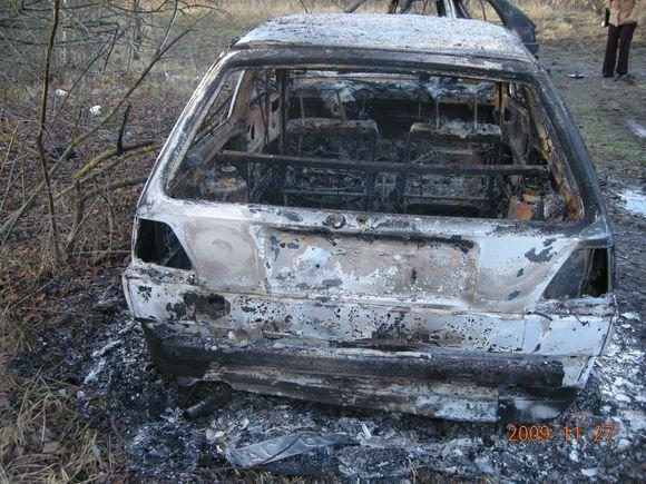 Alytaus apskrities VPK nuotr./Pamiakėje sudeginti VW Golf automobiliai.