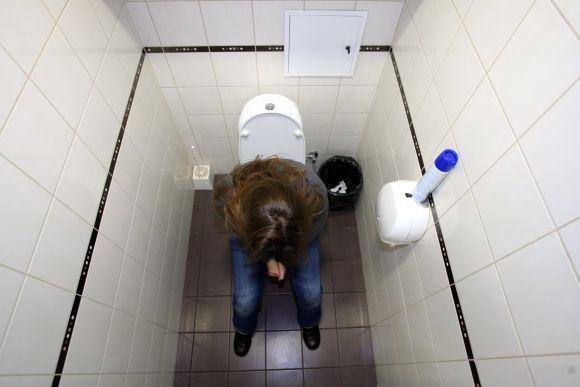 """Vilniaus """"Akropolio"""" tualetais susiruošusios pasinaudoti moterys turėtų apsižvalgyti, ar jų iš pasalų nestebi iškrypėlis."""