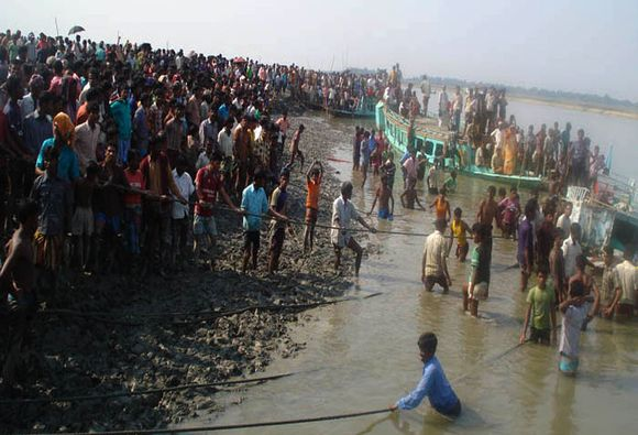 Bangladeše apvirto keltas