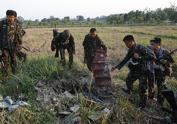 Vyriausybinių pajėgų kariai įvairiose slėptuvėse rado šimtus ginklų.