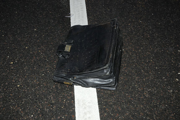 Portfelis ant asfalto