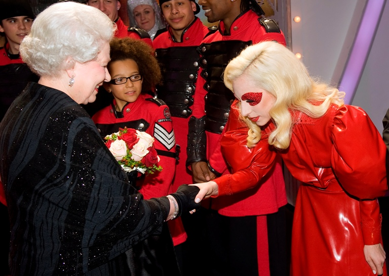 Lady GaGa susitiko su Didžiosios Britanijos karaliene Elizabeth II