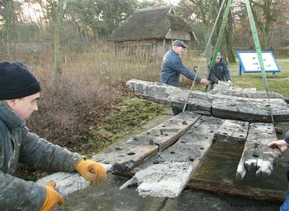 Jūrų muziejaus nuotr./Laivo liekanos jau muziejuje, prie Etnografinės pajūrio žvejo sodybos.