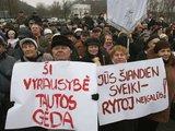Irmanto Gelūno/15min.lt nuotr./Gruodžio 10 d. prie Vilniaus Sporto rūmų įvyko protesto mitingas. Mitingą organizavo Lietuvos pagyvenusių žmonių asociacija, prie jo prisidėjo ir Pensininkų partija.