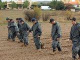 """AFP/""""Scanpix"""" nuotr./Kipro policininkai ieško įkalčių greta kapinių esančiame molyne."""