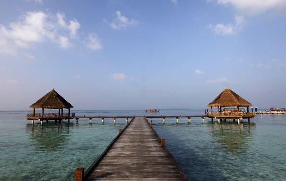 Vienam gražiausių žemės kampelių, Maldyvams gresia rimtos problemos dėl klimato kaitos.  Kylantis vandens lygis kėsinasi užlieti aį salyną.