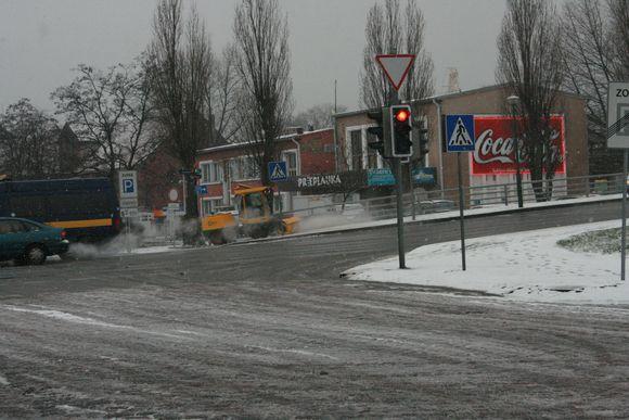 Klaipėdoje nuo ryto intensyviai valomos gatvės.