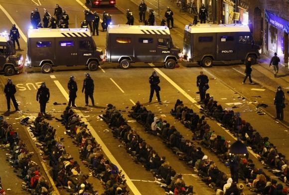 Policija areštavo beveik tūkstantį demonstrantų. Sulaikytieji iš pradžių buvo susodinti ant žemės, o po to išvežti autobusais.