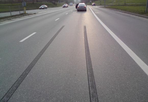 Stabdymo kelias, padangų žymės ant asfalto