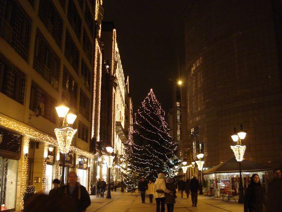 Budapešte girliandomis tviska, rodos, viskas – eglutė, parduotuvių vitrinos, gatvių apšvietimo stulpai, namų fasadai...
