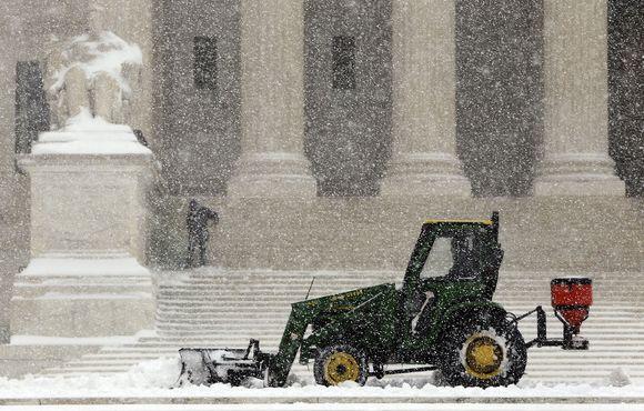 Rytinėje Amerikos pakrantėje, siaučiant sniego audroms, vietomis iškrito iki 40 cm sniego, nutrauktas elektros energijos tiekimas, paralyžiuotas eismas.
