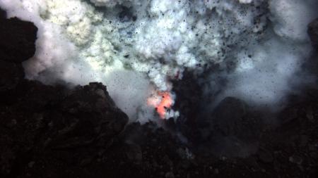 Mokslininkams pavyko nufilmuoti vieno iš pačių giliausių povandeninių ugnikalnių išsiveržimą.