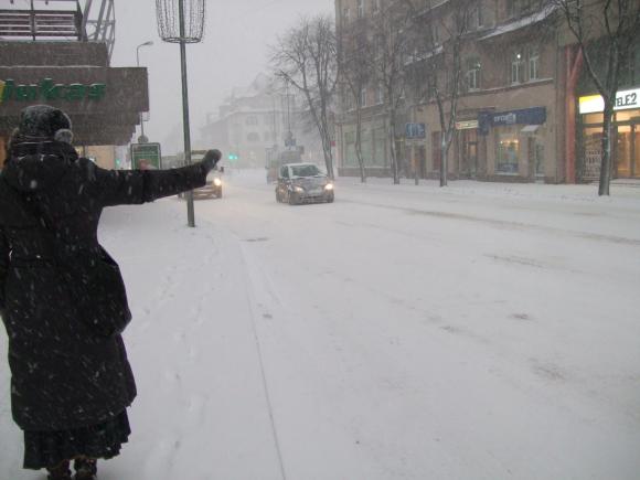 Uostamiestyje net pagrindinės gatvės nesulaukia sniego valytojų.