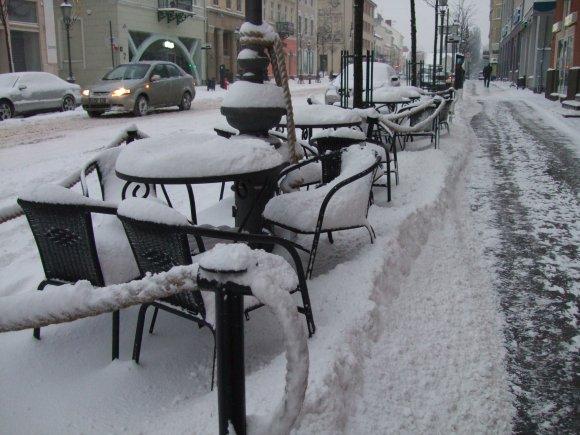 15min nuotr./Sniegu nuklota lauko kavinė.
