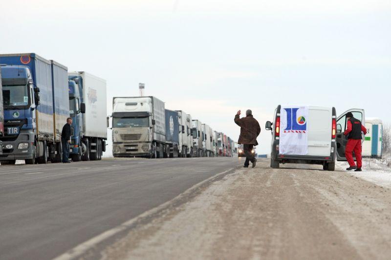 """Nemažėjant vilkikų eilėms Latvijos-Rusijos pasienyje vežėjų asociacija """"Linava""""."""