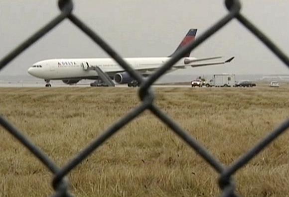 """""""Delta"""" avialinijų lėktuvą apžiūri sprogmenų specialistai."""