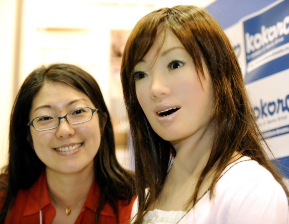 Aiko, kaip ir ši robotė nuotraukoje, atrodo lyg moteris-lėlė.
