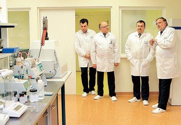 """UAB """"Sicor Biotech"""" vadovas prof. Vladas Algirdas Bumelis supažindino miesto merą Vilių Navicką su vaistinių preparatų gamybos procesu."""