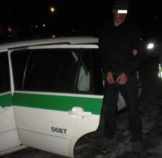 Apie svetimas mašinas įtartinai sukiojęsis vyras pareigūnų buvo seniai ieškomas.