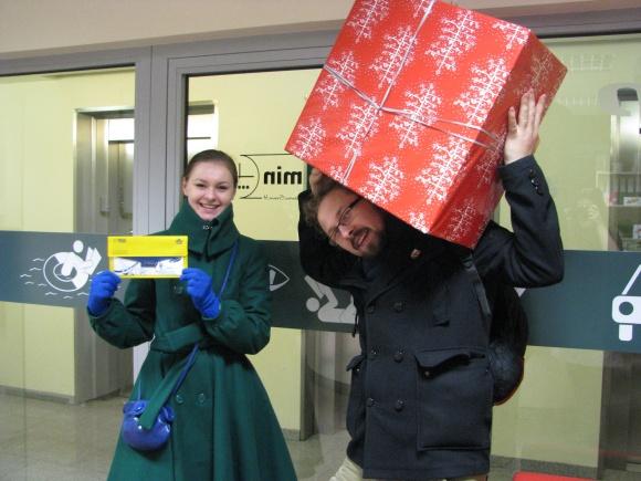"""Išradingiausius 15min.lt Kalėdų rubrikos skaitytojus, pasivadinusius duetu McBim, 15min.lt Kalėdų Senelis apdovanojo """"Baltic Tours"""" 2000 Lt čekiu pasirinktai kelionei ir nuotraukų spausdintuvu """"HP Photosmart Premium""""."""
