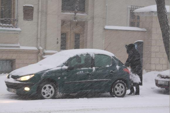 J.Andriejauskaitės nuotr./Net ir trumpam paliktus automobilius tuoj pat padengia sniegas.