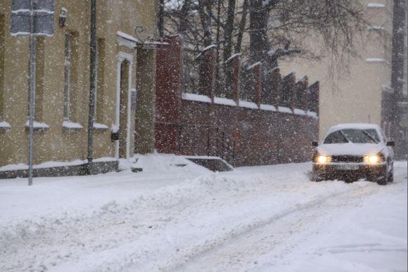 Nepaliaujamai kritęs sniegas tapo sunkiai įveikiamu gatvių ir kiemų valytojams.