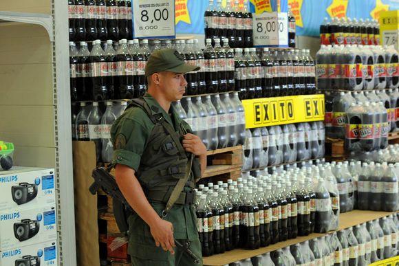 Paskelbus apie nacionalinės valiutos develvacija, Venesueloje prasidėjo masinis pirkimas