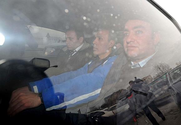 Mehmetas Alis Agca (viduryje) išvežamas iš kalėjimo.