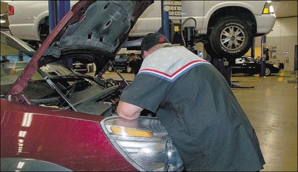 Pernai automobilių dirbtuvės turėjo beveik perpus mažiau darbo nei 2008 metais – dauguma klientų į jas važiuoja tik tada, kai automobilis visiškai sugenda.