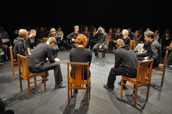 """""""Atviras ratas"""" – kaskart vis naujas spektaklis, kurį stebintys žiūrovai sėdi ratu apie aktorius."""