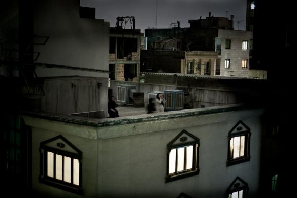 Nugalėtojo Pietro Masturzo fotografijoje įamžinta protesto šūkius skanduojanti iranietė, užsilipusi ant stogo temstančio dangaus fone.