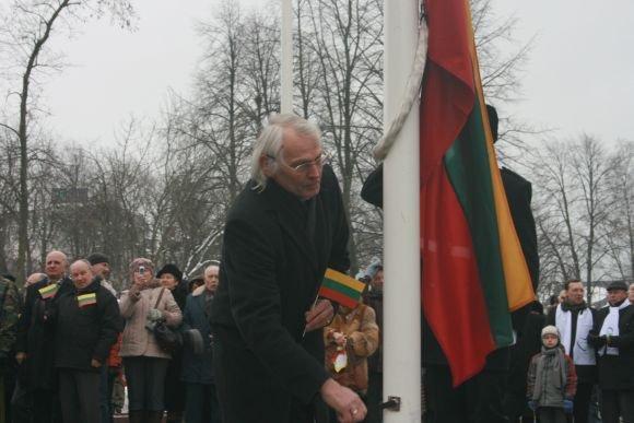 J.Andriejauskaitės nuotr./Trispalvę pakėlė profesorius Vladas Žulkus.