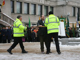 """""""Reuters""""/""""Scanpix"""" nuotr./Vasario 16-osios renginyje protestavusį vyrą ramino pareigūnai."""