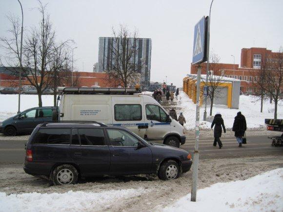 Vilniaus policijos nuotr./Nutempti pažeidėjų automobiliai