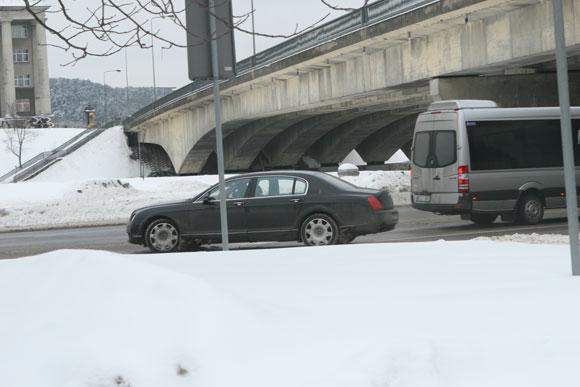 K.Verslovo limuzinas užfiksuotas pažeidimo padarymo momentu: šioje vietoje iš degalinės į kairę sukti draudžiama.