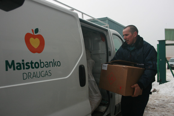 Produktai iškeliauja su skurdžiais žmonėmis dirbančioms nevyriausybinėms organizacijoms, senelių namams.