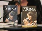 """Juliaus Kalinsko/""""15 minučių"""" nuotr./Atlikėja Arina pristatė biografinę knyga """"Su meile Arina"""""""