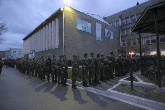 Tadžikistano karo mokyklos auklėtiniai tvarkingai išsirikiavo balsuoti prie rinkimų apylinkės Dušanbėje.