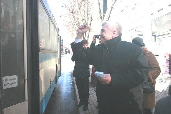 G.Kubiliūtės nuotr./Keleiviams buvo dalijami atavaitai.