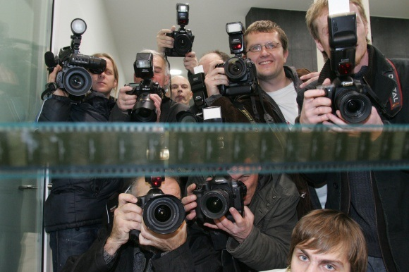 Viešų asmenų privatumo riba Lietuvoje aiškiai neapibrėžta, todėl žiniasklaida pati sprendžia, kuriuos asmeninio politiko gyvenimo aspektus viešinti.