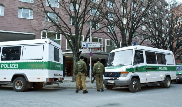 Po apiplėšimo viešbutį saugojo policija.