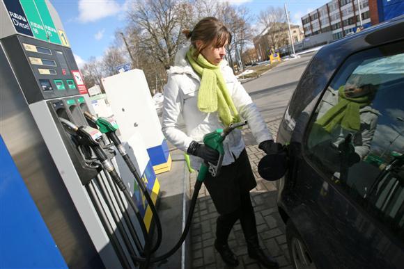 Per pastarąjį mėnesį A-95 markės benzinas pabrango daugiau nei 6 proc. Tokiais kainų šuoliais pasipiktinę vairuotojai savo nuomonę ketina išreikšti visuotiniu protestu.