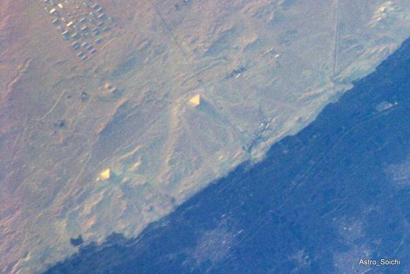 """""""Taip, mes matome piramides iš kosmoso"""", – iš TKS darytą Egipto piramidžių nuotrauką komentuoja S.Noguchi."""