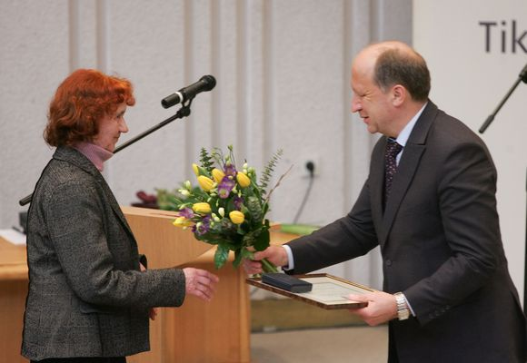 Penktadienį vyriausybinėmis premijomis apdovanoti kultūros veikėjai ir menininkai.