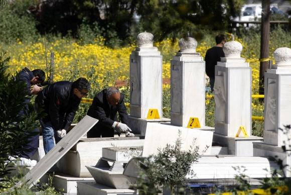 Policijos pareigūnai apžiūri išvogtus patriarchų kapus.