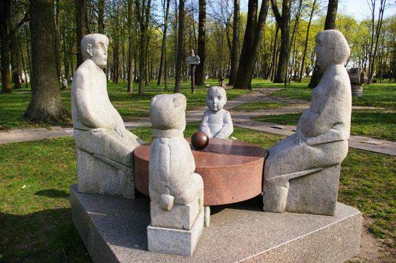 Klaipėdiečiai vėl kviečiami į šachmatų turnyrus Skulptūrų parke.