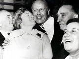 """""""Scanpix"""" nuotr./Oskaras Schindleris (centre) su savo išgelbėtais žydais (1962 m.)"""